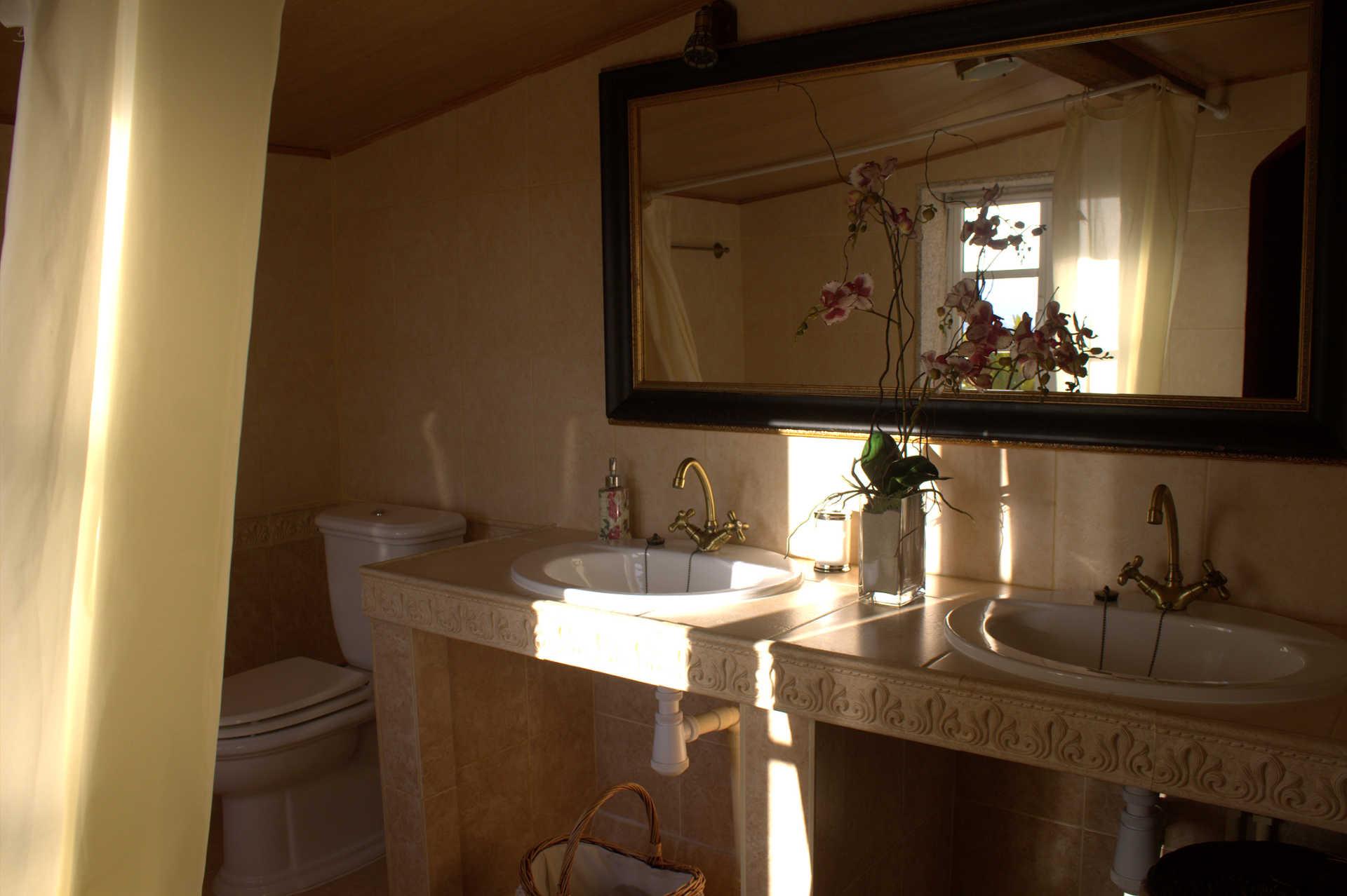 Habitacion doble Atalaia bano con dos piletas casa rural