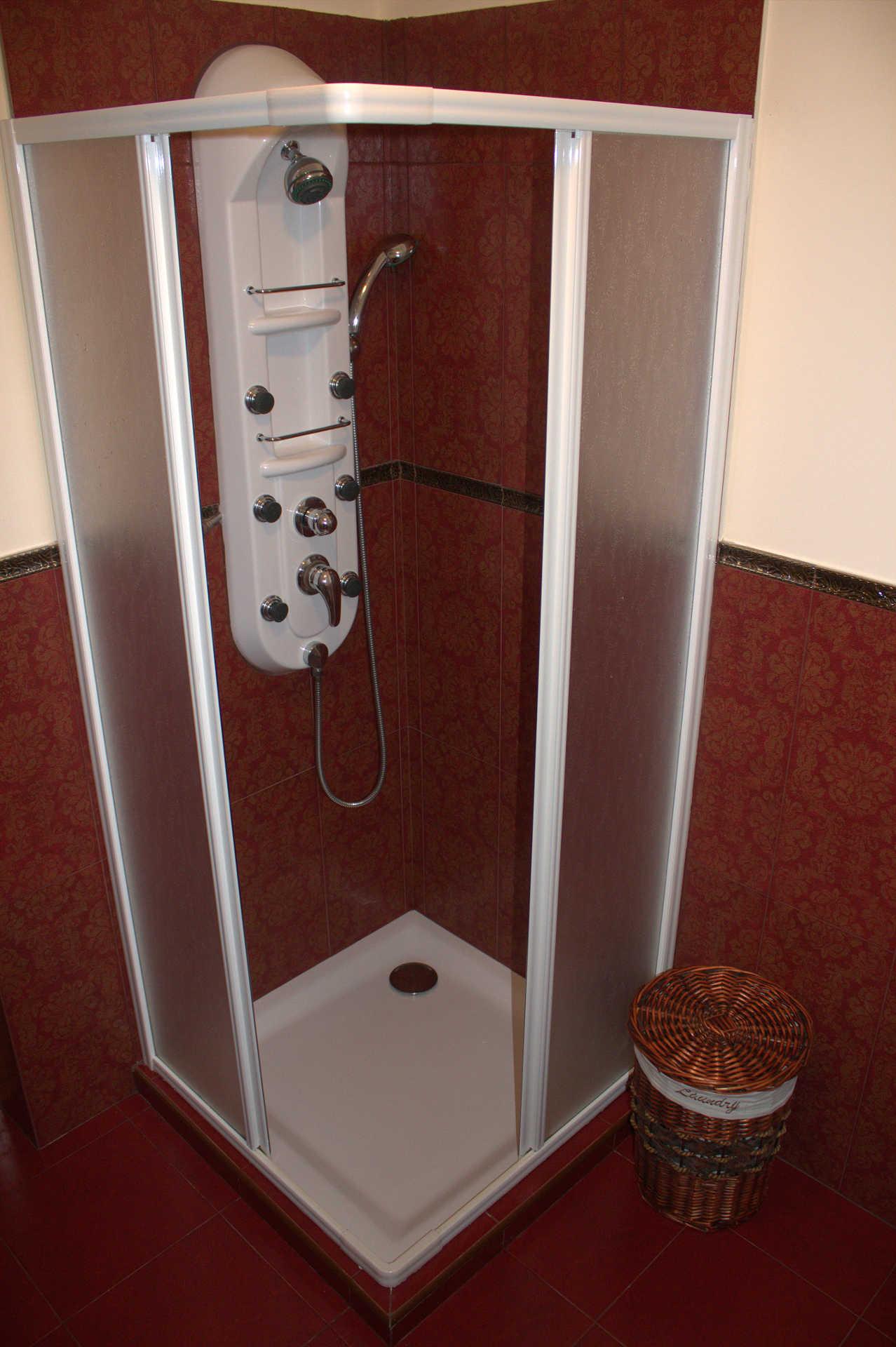 Habitacion doble Faladoiro ducha bano en casa rural As Seis Chemineas