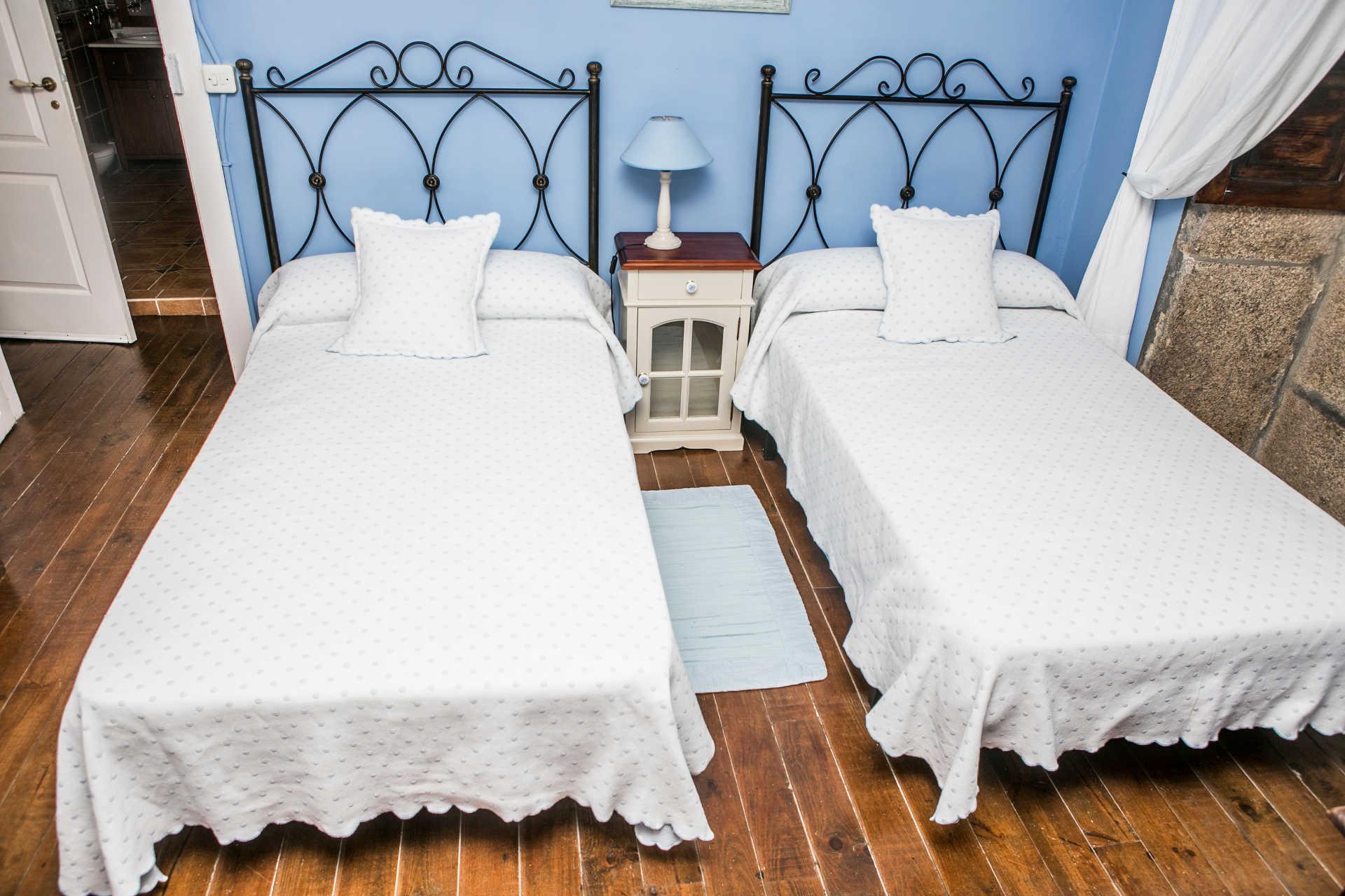 Habitacion familiar con dos camas individuales en casa rural As Seis Chemineas