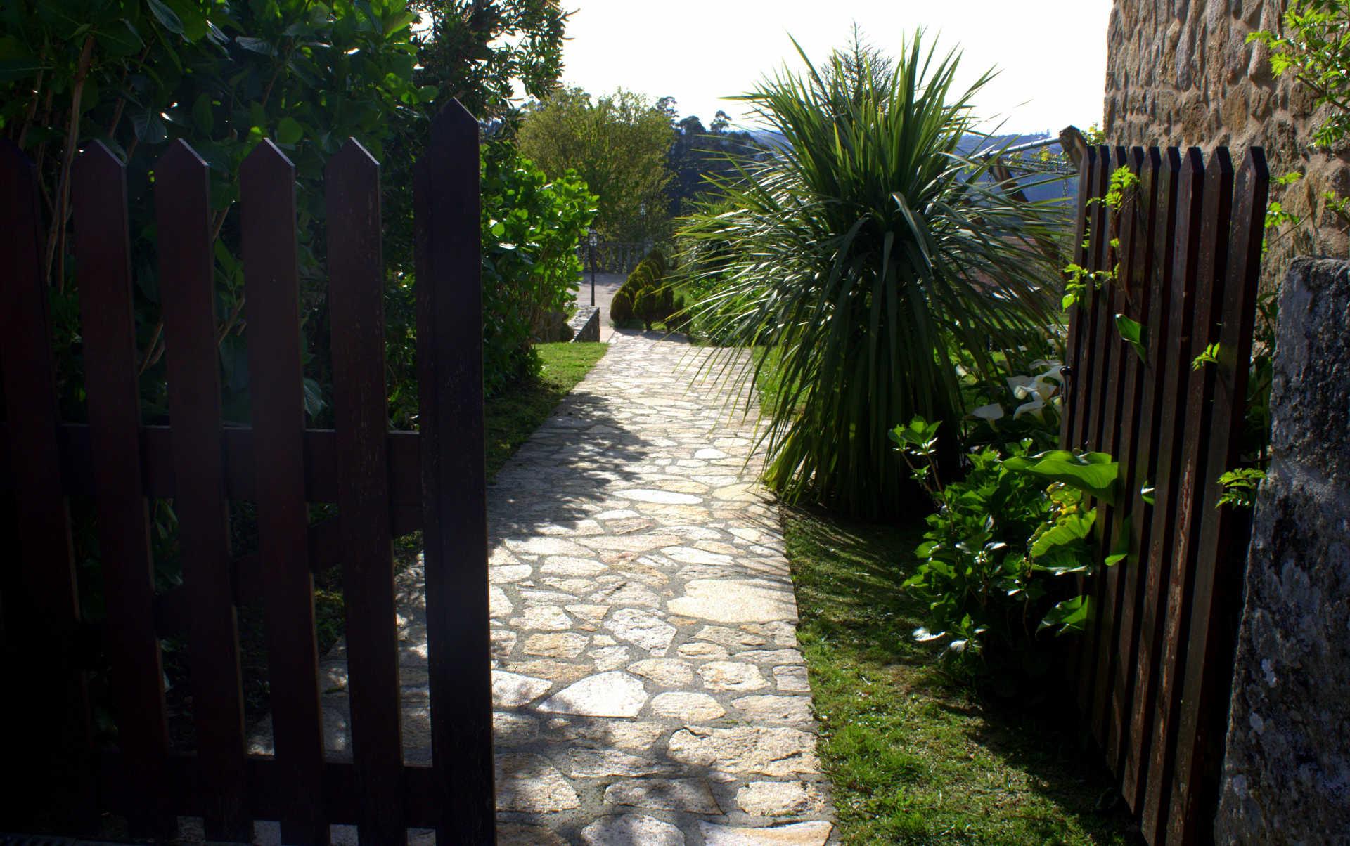 Jardines exteriores camino entrada casa rural as seis chemineas