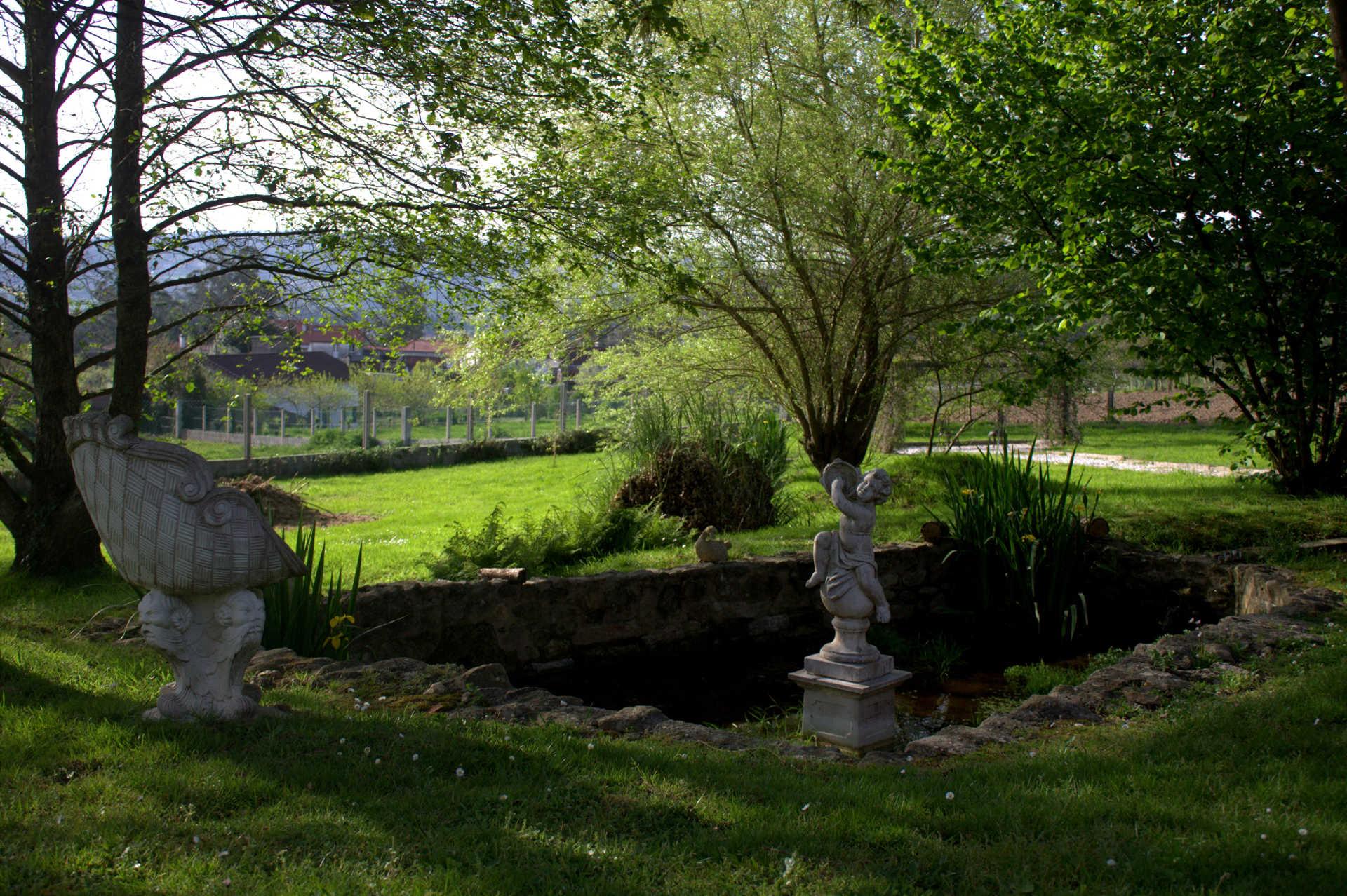 Jardines exteriores fuente angeles casa rural as seis for Casa rural mansion terraplen seis