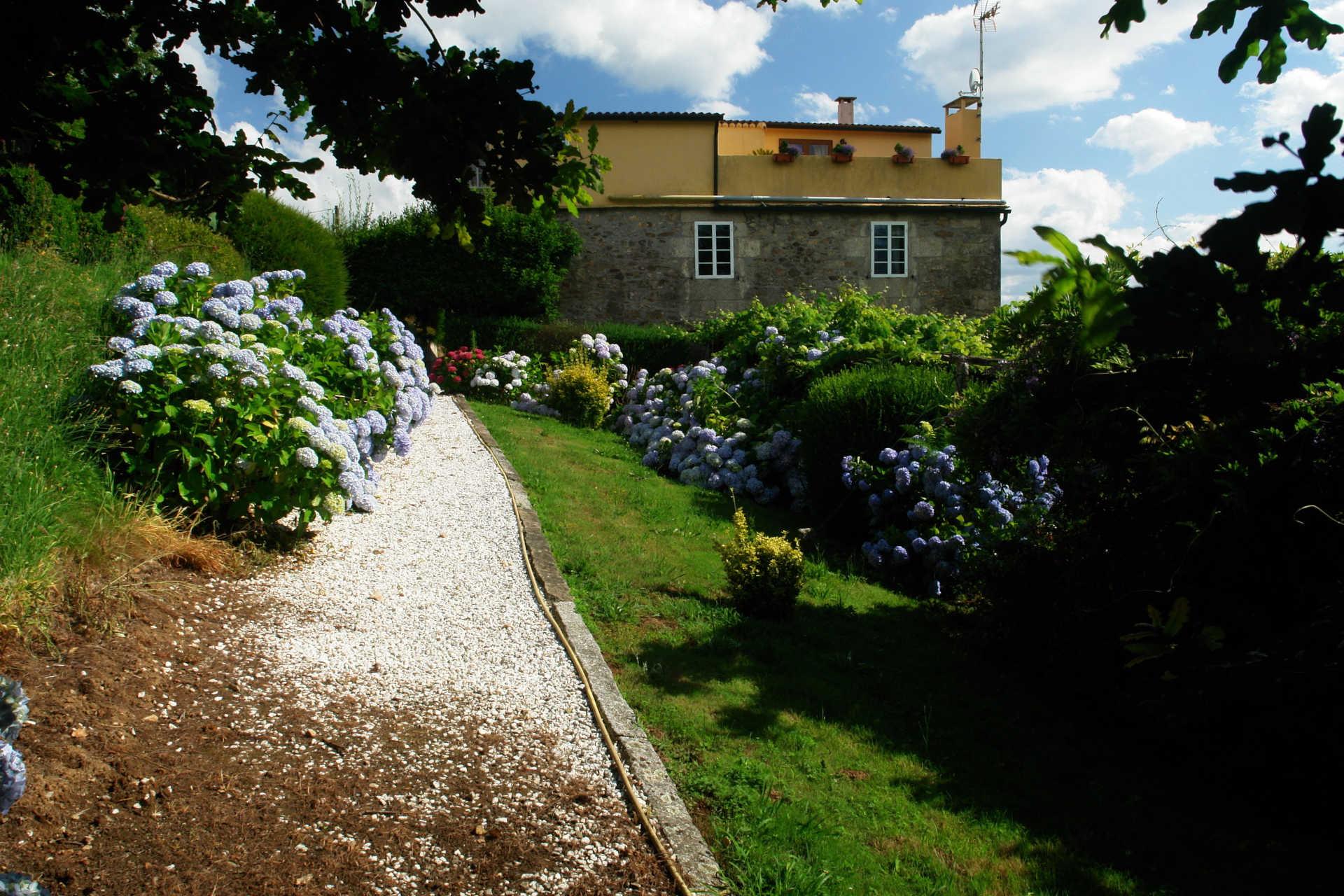 Jardines exteriores camino casa rural as seis chemineas