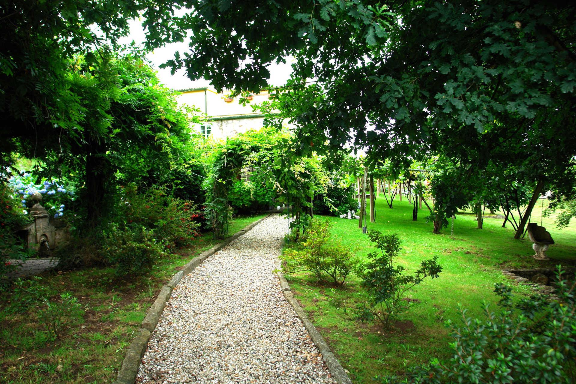 Jardines exteriores camino trasero casa rural as seis chemineas