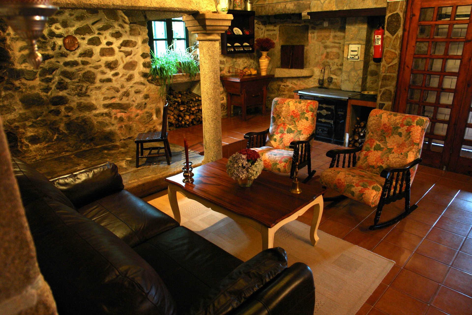Recibidor sofa y lareira casa rural