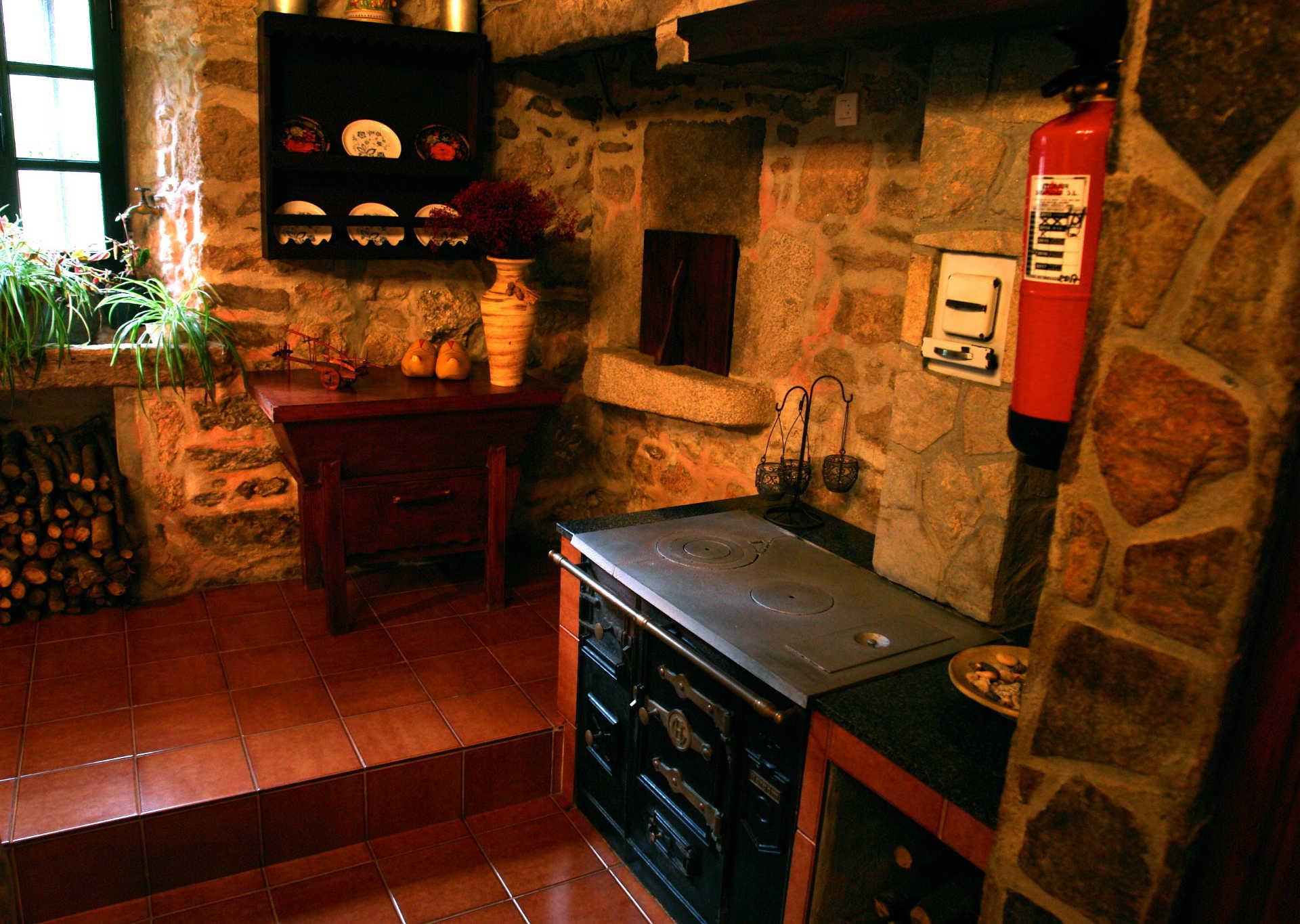 Recibidor cocina leña casa rural